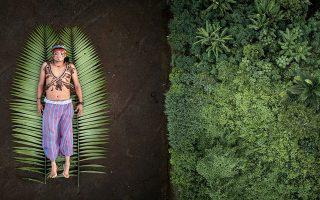 Εικόνα του Πάμπλο Αλμπαρένγκα με έναν αυτόχθονα της Λατινικής Αμερικής στη γη των προγόνων του.