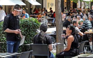 Κόσμος σε καφετέρια στη Νέα Σμύρνη. «Κλειδί» η αυστηρή τήρηση των μέτρων ατομικής προστασίας και των υγειονομικών πρωτοκόλλων σε επιχειρήσεις, τονίζει ο Πανελλήνιος Ιατρικός Σύλλογος (φωτ. ΝΙΚΟΣ ΚΟΚΚΑΛΙΑΣ).