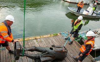 Εργάτες του δήμου περισυλλέγουν το άγαλμα του δουλεμπόρου Εντουαρντ Κόλστον από το λιμάνι του Μπρίστολ (φωτ. REUTERS).
