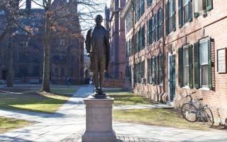Το άγαλμα του ήρωα του πολέμου για την ανεξαρτησία Νέιθαν Χέιλ είναι ένα από τα πολλά του Πανεπιστημίου Γέιλ.