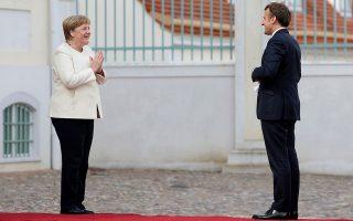 Η Γερμανίδα καγκελάριος Αγκελα Μέρκελ και ο Γάλλος πρόεδρος Εμανουέλ Μακρόν επαναβεβαίωσαν χθες στο Βερολίνο τη θέση τους για ένα «ογκώδες» πακέτο στήριξης των ευρωπαϊκών οικονομιών που πλήττονται από την πανδημία και το οποίο κατά το μεγαλύτερο μέρος του θα αποτελείται από επιχορηγήσεις. Κάλεσαν, δε, τις χώρες που αντιδρούν να «ανταποκριθούν πιο θετικά» στη Σύνοδο Κορυφής στις 17-18 Ιουλίου (φωτ. Hayoung Jeon, Pool via A.P.).