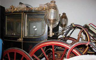 Οι βασιλικές άμαξες παραγγέλθηκαν στους διάσημους αμαξοποιούς Binder στο Παρίσι (1820-1914) και ήταν οι άμαξες της πομπής εισόδου του Ερρίκου Ε΄ στην πρωτεύουσά του.