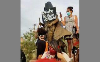 Την επίθεση ένοπλων «πολιτοφυλάκων» προκάλεσε η προσπάθεια πολιτών στην Αλμπουκέρκη να γκρεμίσουν άγαλμα ενός κονκισταδόρ.