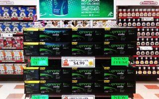Η Green Cola έχει ολοκληρωμένη παρουσία σε 82 καταστήματα της αλυσίδας Market Basket, η οποία καταγράφει τζίρο 5,5 δισ. δολ. ετησίως.