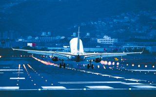 Σημαντικές αλλαγές στις καταναλωτικές συνήθειες αναμένει η Moody's. Προβλέπει πως ορισμένες από τις αλλαγές θα είναι προσωρινές, αλλά κάποιες άλλες θα μονιμοποιηθούν, όπως η μείωση της ζήτησης για αεροπορικά ταξίδια, για μετακινήσεις με τα δημόσια μέσα μαζικής μεταφοράς, τα ψώνια με φυσική παρουσία στο εσωτερικό καταστημάτων και η ψυχαγωγία σε χώρους συναθροίσεων.