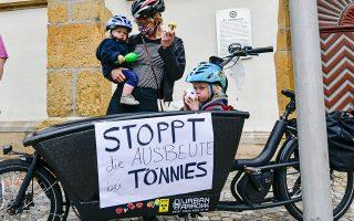Γερμανοί πολίτες διαμαρτύρονται ζητώντας να σταματήσει η εκμετάλλευση στο εργοστάσιο επεξεργασίας/συσκευασίας κρέατος Toennies, όπου εντοπίστηκαν εκατοντάδες νέα κρούσματα COVID-19.