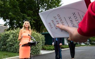 Στη φωτογραφία, δημοσιογράφος με το βιβλίο ανά χείρας απευθύνει ερώτηση στην εκπρόσωπο Τύπου του Λευκού Οίκου (φωτ. A.P. Photo / Alex Brandon).