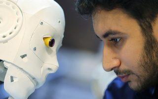 Στην υπηρεσία του ανθρώπου. Ο Αιγύπτιος μηχανικός Mahmoud El komy ελέγχει από κοντά κάποιες λεπτομέρειες στο ρομπότ του. Σκοπός του είναι το τηλεχειριζόμενο μηχάνημα να κάνει τα τεστ για τον κορωνοϊό με σκοπό  να περιοριστεί ο κίνδυνος εξάπλωσης του. REUTERS/Mohamed Abd El Ghany