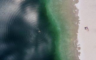 Σταγόνα. Κολυμπώντας μαζί με τους ομόκεντρους κύκλους του ένας άνδρας βγαίνει προς την όχθη της λίμνης Langwieder στο Μόναχο.  Sven Hoppe/dpa via AP