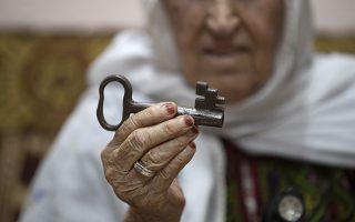 Παγκόσμια Ημέρα Προσφύγων. Το κλειδί του σπιτιού της δείχνει στον φακό η 86 χρονη Hana Khalil Emselem Edieb. Εφυγε από αυτό και την Παλαιστίνη το 1948 και περιπλανήθηκε με την οικογένειά της μέχρι το 1967 όπου εγκαταστάθηκαν σε ένα καταυλισμό προσφύγων στην Ιορδανία. Εκεί φωτογραφίζεται και δείχνει το κλειδί στο σπίτι που θέλει να επιστρέψει. EPA/ANDRE PAIN