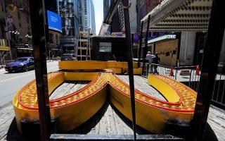Χωρίς πορτοκαλί αψίδες. Οι υπάλληλοι ξηλώνουν τα τεράστια φωτεινά γράμματα από την μαρκίζα του καταστήματος στην Times Square. Το πιο τουριστικό και εμβληματικό σημείο της Νέας Υόρκης θα μείνει χωρίς κατάστημα McDoland's καθώς έκλεισε οριστικά μετά την επιδημία του κορωνοϊού.  REUTERS/Mike Segar