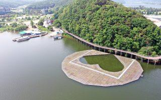 Οι ρομαντικοί Νοτιοκορεάτες. Ενα νέο τεχνητό νησί έφτιαξαν στην λίμνη Uiam Lake  στην Chuncheon για οικολογικούς λόγους ανάπλασης και το έφτιαξαν σε σχήμα καρδιάς. EPA/YONHAP