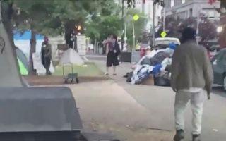 Ο ένοπλος άνδρας στο κέντρο της φωτογραφίας λίγο πριν ανοίξει πυρ. Στιγμιότυπο από βίντεο. P. Maxwell Mitchell via REUTERS