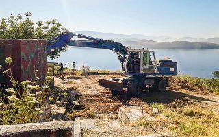 Ειδικά συνεργεία ξεκίνησαν τις διαδικασίες κατεδάφισης των παλαιών εγκαταστάσεων στην περιοχή Ερημίτης, στην Κασσιόπη της Κέρκυρας.