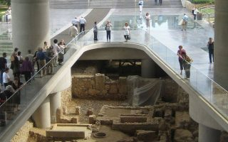Περιήγηση πραγματοποιείται το Σάββατο στην αρχαιολογική ανασκαφή που απλώνεται στη βάση του Μουσείου Ακρόπολης.