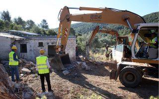 Συνεργείο του υπουργείου Περιβάλλοντος κατεδαφίζει αυθαίρετα σε ρέμα στη Μάνδρα Αττικής (φωτ. ΑΠΕ-ΜΠΕ).