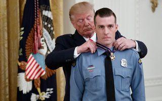 Πολλοί αστυνομικοί και τα συνδικάτα τους παραμένουν σθεναροί υποστηρικτές του Τραμπ (στη φωτ., παρασημοφορεί αστυνομικό πέρυσι τον Σεπτέμβριο) και δεν κρύβουν το γιατί: Νιώθουν ότι ο Αμερικανός πρόεδρος θα τους υποστηρίξει ακόμη και αν, ή ίσως ιδίως αν, κακοποιούν φυλετικές μειονότητες. EPA / SHAWN THEW
