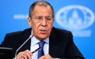 «Η πανδημία είναι ένα μάθημα ταπεινοφροσύνης. Ολες οι χώρες και οι λαοί είναι ίσοι μπροστά στην τραγωδία, ανεξαρτήτως τόπου, πλούτου ή πολιτικών φιλοδοξιών», έγραψε σε πρόσφατο άρθρο του ο Ρώσος υπουργός Εξωτερικών, Σεργκέι Λαβρόφ. A.P. / ALEXANDER ZEMLIANICHENKO