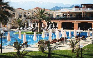 Το μεγάλο ενδιαφέρον εστιάζεται στις αλλαγές στα ξενοδοχεία, καθώς τα τουριστικά πακέτα γίνονται ελκυστικά μετά τη μείωση του συντελεστή ΦΠΑ.
