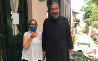 Ο πατήρ Στέλιος με την Κατερίνα, ιδιοκτήτρια της ταβέρνας «Δροσιά».