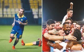 Αριστερά, ο μεγάλος πρωταγωνιστής της ΑΕΚ, Μάρκο Λιβάγια, ο οποίος με τα δύο γκολ του έστειλε την Ενωση στον τελικό, αντί του Αρη. Δεξιά, οι παίκτες του Ολυμπιακού, ένα κουβάρι, πανηγυρίζουν τη δική τους πρόκριση κόντρα στον ΠΑΟΚ.