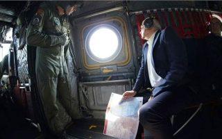 «Είμαστε αποφασισμένοι να προστατεύσουμε τα εξωτερικά σύνορα της Ε.Ε. και να στηρίξουμε σθεναρά την κυριαρχία της Ελλάδας», υπογράμμισε ο ύπατος εκπρόσωπος της Ε.Ε. Ζοζέπ Μπορέλ, ο οποίος εικονίζεται στο ελικόπτερο που, μαζί με τον υπουργό Εξωτερικών Νίκο Δένδια, τον μετέφερε πετώντας πάνω από τα ελληνοτουρκικά σύνορα στις Καστανιές.