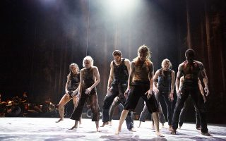 Στιγμιότυπο από την παράσταση «Traces» των Ultima Vez / Wim Vandekeybus που θα παρουσιαστεί στις 21-22/8 στο Αμφιθέατρο του κάστρου της πόλης.