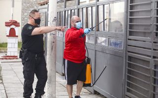 Απολύμανση στις φυλακές Κορυδαλλού, χθες. Κλιμάκιο του ΕΟΔΥ επισκέφθηκε το πρωί τις εγκαταστάσεις του σωφρονιστικού καταστήματος για δειγματοληψίες και ιχνηλάτηση των επαφών του κρατουμένου (φωτ. INTIME NEWS / ΣΤΕΦΑΝΟΥ ΣΤΕΛΙΟΣ).