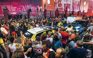 Οι συναθροίσεις μεγάλου αριθμού ατόμων εξακολουθούν να απαγορεύονται στη Βρετανία, ενώ οι παμπ θα παραμείνουν κλειστές έως τις 4 Ιουλίου για την αποτροπή διάδοσης του κορωνοϊού. Ωστόσο, τόσο έξω από το «Ανφιλντ», όπου οι οπαδοί της Λίβερπουλ πανηγύρισαν το πρωτάθλημα έπειτα από 30 χρόνια, όσο και στα πάρτι στους δρόμους του Νότινγκ Χιλ στο Λονδίνο, αναγκάστηκε να επέμβει η αστυνομία για να αραιώσει το πλήθος (φωτ. A.P. photo / Jon Super).