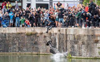 Ο ανδριάντας του εμπόρου σκλάβων Εντουαρντ Κόλστον γκρεμίστηκε από τους διαδηλωτές στα νερά του Μπρίστολ. (Φωτ. REUTERS)