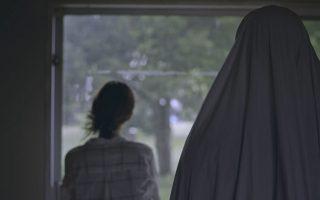 Θα ορκιζόμουν πως αυτό που είδα ήταν και πάλι εκείνο το πρόσωπο στο παράθυρο. Στη φωτ., σκηνή από την κινηματογραφική ταινία «A Ghost Story» (2017).