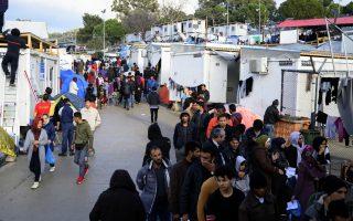 Με την επίσπευση της διαδικασίας αποχώρησης προσφύγων από δομές φιλοξενίας, το υπουργείο Mετανάστευσης φιλοδοξεί ότι θα «ανοίξουν» θέσεις στην ηπειρωτική Ελλάδα, για να αποσυμφορήσει τα νησιά – χωρίς όμως να δημιουργήσει επιπλέον καταυλισμούς στην ενδοχώρα (φωτ. από Μόρια).