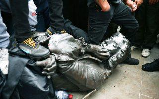 Την περασμένη Κυριακή, πλήθος διαδηλωτών αποκαθήλωσε το άγαλμα του δουλεμπόρου του 17ου αιώνα Εντουαρντ Κόλστον. (ΦΩΤ. A.P.)