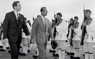 Με τον βασιλιά Κωνσταντίνο Β΄, κατά την άφιξή του στο αεροδρόμιο της Αθήνας τον Μάρτιο του 1965. © AP Photo
