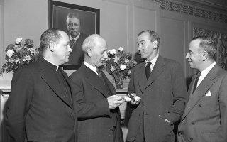 Ο Γκράχαμ Γκριν (δεύτερος από δεξιά) παραλαμβάνει το βραβείο λογοτεχνίας για το βιβλίο του «Το τέλος μιας σχέσης», τον Φεβρουάριο του 1952, στη Νέα Υόρκη.