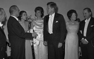 Το ζεύγος Καραμανλή και το ζεύγος Κένεντι στην επίσημη επίσκεψη του Ελληνα πρωθυπουργού στις ΗΠΑ το 1961. A.P. Photo/Harvey Georges