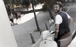 «Χαίρομαι τις μέρες που έχω παραπάνω χρόνο για μένα, για τους ανθρώπους που αγαπώ και για τις βόλτες μου στην Αθήνα», λέει ο Θοδωρής Βουτσικάκης. VAGGINET