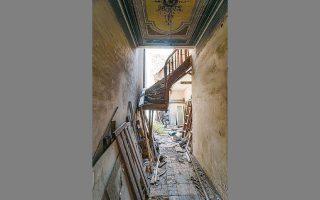 Το εσωτερικό του νεοκλασικού σπιτιού στην οδό Μαυρομιχάλη 75, στη Νεάπολη. ΝΙΚΟΣ ΒΑΤΟΠΟΥΛΟΣ