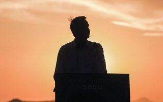Πρωθυπουργός με φόντο το ιδανικό ηλιοβασίλεμα.
