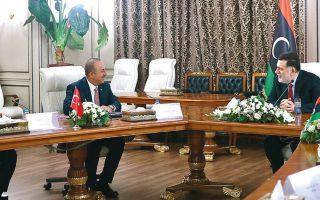 O υπουργός Εξωτερικών της Τουρκίας, Μεβλούτ Τσαβούσογλου, συζητά με τον Φαγέζ αλ Σαράζ, κατά την πρόσφατη επίσκεψη πολυπληθούς τουρκικής αντιπροσωπείας στη Λιβύη. REUTERS / TURKISH FOREIGN MINISTRY