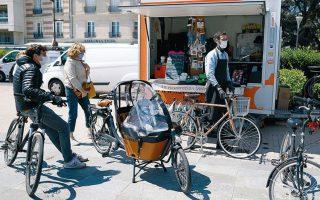 Υπαίθριο συνεργείο επιδιόρθωσης ποδηλάτων στο Παρίσι. Δεκάδες χιλιόμετρα νέων ποδηλατοδρόμων (που ξεπερνούσαν ήδη τα 1.000 χλμ.) δημιουργήθηκαν μέσα στην καραντίνα στη γαλλική πρωτεύουσα. REUTERS / CHARLES PLATIAU