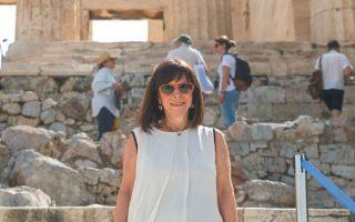 Σε μια συμβολική κίνηση, για να χαιρετίσει το άνοιγμα της Ακρόπολης, η Πρόεδρος της Δημοκρατίας Αικατερίνη Σακελλαροπούλου επισκέφθηκε τον Ιερό Βράχο. INTIME