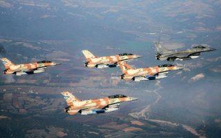 Ελληνικό μαχητικό ακολουθείται από τέσσερα ισραηλινά σε παλαιότερη κοινή εκπαιδευτική άσκηση στην 110 Πτέρυγα Μάχης στη Λάρισα. Ελλάδα και Ισραήλ διαθέτουν δύο από τις καλύτερες πολεμικές αεροπορίες στον κόσμο.ΑΠΕ-ΜΠΕ
