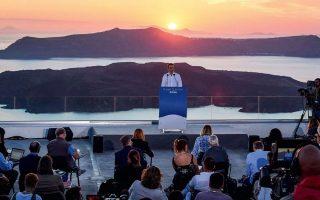 Ποτέ άλλοτε πρωθυπουργός δεν λειτουργούσε προσωπικά ως μάνατζερ της καμπάνιας του ελληνικού τουρισμού, όπως κάνει ο Κυριάκος Μητσοτάκης, με αιχμή του δόρατος την παρουσίαση στη Σαντορίνη (φωτ.), σημειώνουν στην Πειραιώς. Η φετινή σεζόν είναι κρίσιμη για να μην εκτροχιαστούν τα δημοσιονομικά. ΔΗΜΗΤΡΗΣ ΠΑΠΑΜΗΤΣΟΣ / ΓΡΑΦΕΙΟ ΤΥΠΟΥ ΠΡΩΘΥΠΟΥΡΓΟΥ
