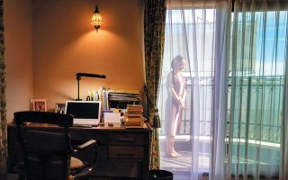 H Γιόκο Ογκάουα στο μπαλκόνι του σπιτιού της. «Είναι ο κατάλληλος χρόνος για να αναστοχαστούμε, να σκεφτούμε σε βάθος. Είναι ο κατάλληλος χρόνος για να διαβάσει κανείς», λέει στην «Κ». CHANG W. LEE / THE NEW YORK TIMES