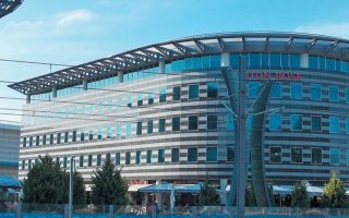 Τις επόμενες εβδομάδες εκτιμάται ότι θα έχει ολοκληρωθεί η πώληση του χαρτοφυλακίου ακινήτων του «οχήματος» ΑΕΠ «Αττική ΙΙ Α.Ε.», της Alpha Bank, στην οποία έχουν εισφερθεί, μεταξύ άλλων, το εμπορικό και ψυχαγωγικό κέντρο South Polis στο Δέλτα του Φαλήρου, το οποίο στο παρελθόν ανήκε στην «Μπ. Βωβός».