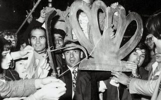 Αθήνα, 8.12.1974. Νυκτερινοί πανηγυρισμοί μετά την ανακοίνωση του αποτελέσματος υπέρ της αβασίλευτης δημοκρατίας.