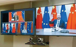 O πρόεδρος του Ευρωπαϊκού Συμβουλίου Σαρλ Μισέλ ανταλλάσσει χαιρετισμό με τον Κινέζο ηγέτη Σι Τζινπίνγκ κατά την τηλεδιάσκεψη κορυφής, με παρούσα και την πρόεδρο της Ευρωπαϊκής Επιτροπής Ούρσουλα φον ντερ Λάιεν, την περασμένη Δευτέρα. (Φωτ. YVES HERMAN / A.P.)