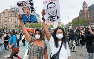 Oι πορείες εναντίον του ρατσισμού και του Τραμπ εξαπλώνονται από το Αμστερνταμ (φωτ.) μέχρι το Σίδνεϊ. REUTERS / EVA PLEVIER