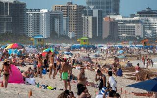 Κατάμεστη παραλία στη Φλόριντα. Η Πολιτεία ανακοίνωσε στις 24 Ιουνίου νέο ημερήσιο ρεκόρ κρουσμάτων έχοντας ήδη ξεπεράσει τα 110.000 κρούσματα. EPA/CRISTOBAL